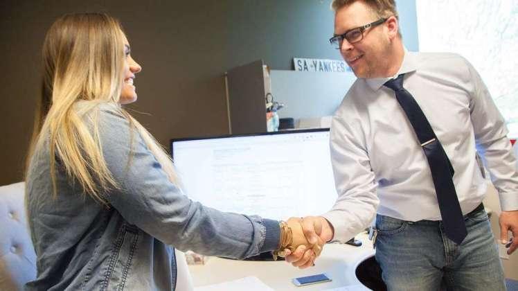 Socios de distintas empresas estrechándose la mano y muy contentos por el negocio emprendido.