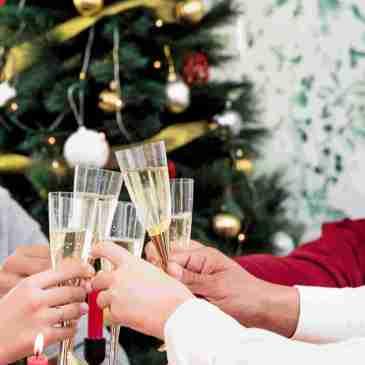 Familia en la cena de Nochebuena, con comida exquisita, cocinada con amor.