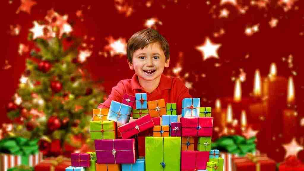 Niño feliz al recibir sus regalos de Papá Noel.