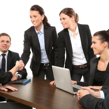 Empresarias llegando a un acuerdo. Están conquistando, sin duda, su libertad financiera.