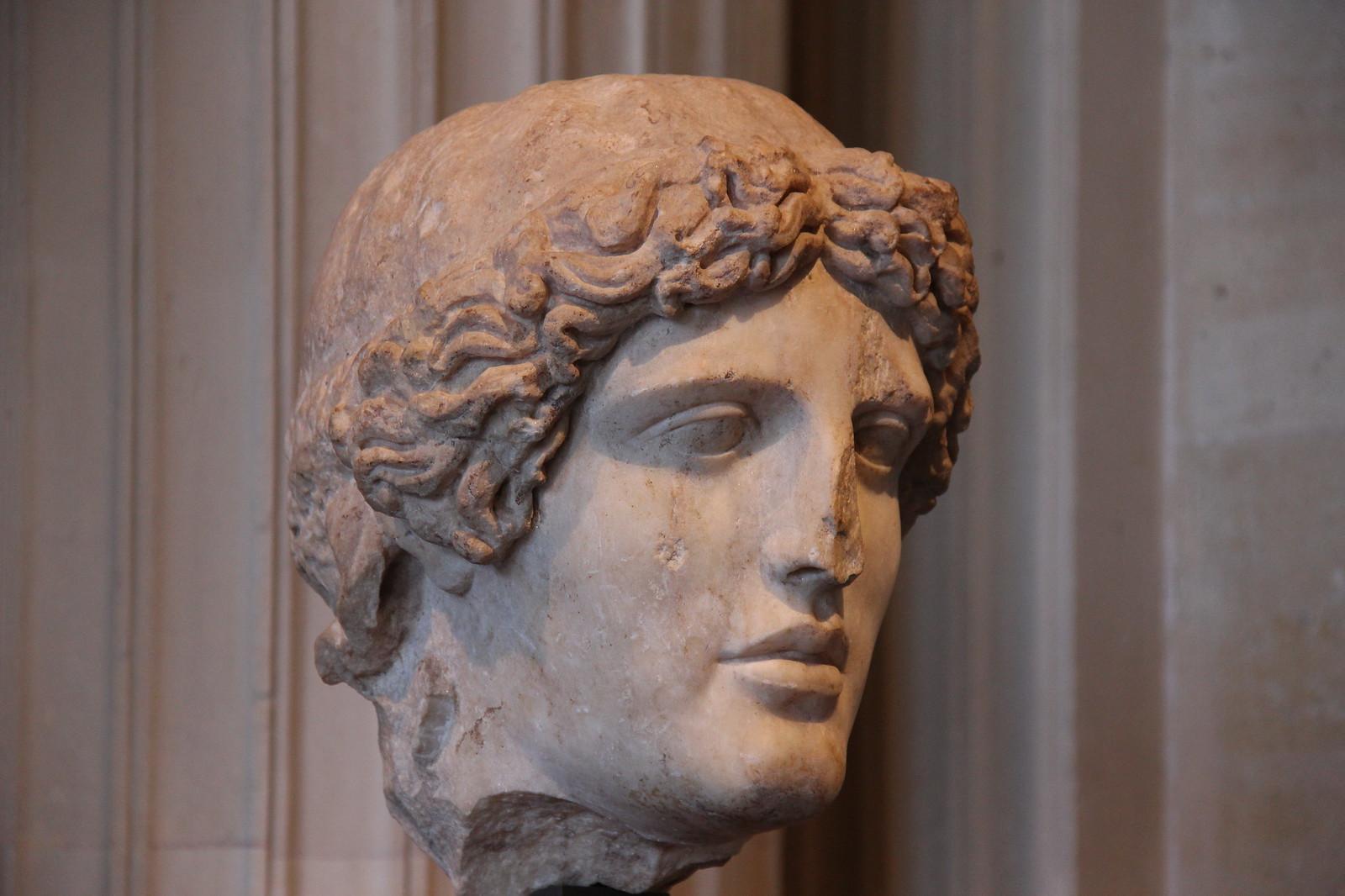 Escultura griega de perfectas medidas y proporciones, Apolo del tipo Apolo de Kassel atribuida a Fidias.