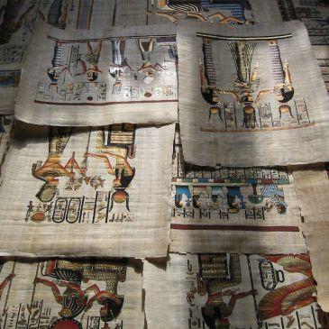 Papiros egipcios conservados y elaborados a partir de la planta del papiro.