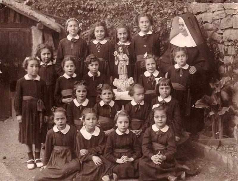 Niños y niñas en la escuela franquista: obediencia y uniformidad.