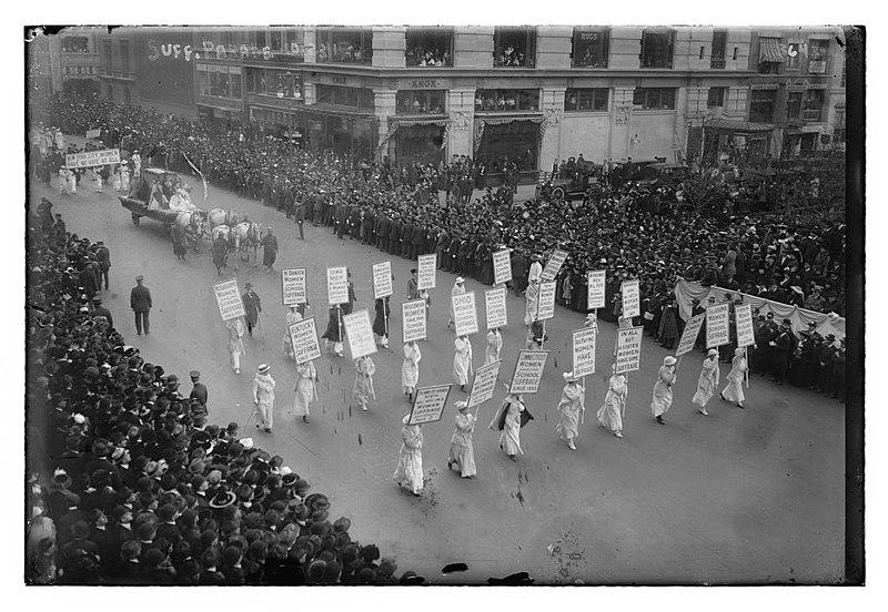 Manifestación sufragista en Londres en 1915, reivindicando el sufragio universal.