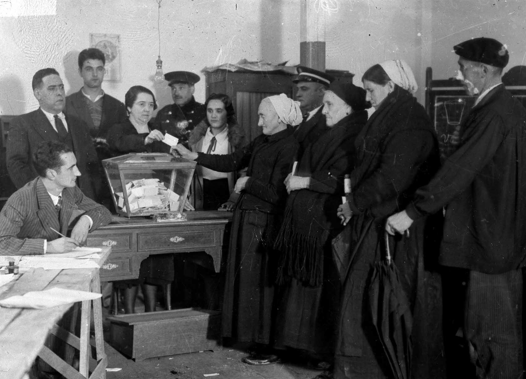 Las mujeres votaron por primera vez en España en 1933, una fiesta de la democracia, y esta vez sí, con sufragio universal.